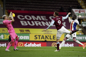 Brankár Vicente Guaita vyráža strelu domáceho útočníka Chrisa Wooda (číslo 9).