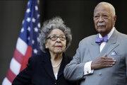 Bývalý starosta New Yorku David Dinkins a jeho žena  Joyce na archívnej fotografii z októbra 2015.