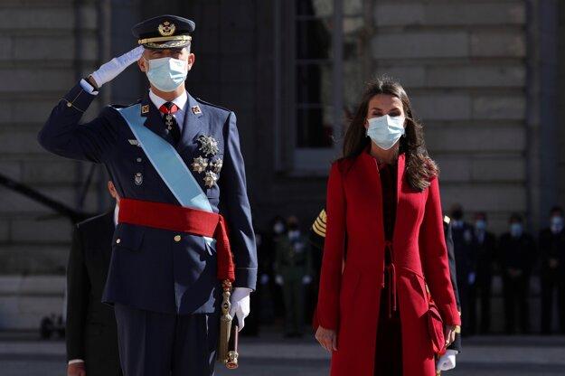 Španielsky kráľ Filip VI. a kráľovná Letizia pózujú pri príležitosti štátneho sviatku Dňa španielskej jednoty (Dia de la Hispanidad) v Madride 12. októbra 2020.