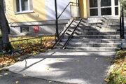 Aj tento vstup na Braniskovej ulici čaká oprava.