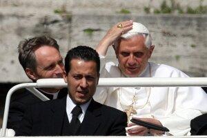 Na archívnej snímke z 31. mája 2006 pápež Benedikt XVI. a jeho komorník Paolo Gabriele (v popredí) vo Vatikáne.