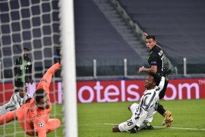 Myrto Uzuni (vpravo) strieľa gól v zápase Juventus Turín - Ferencváros Budapešť.