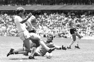 Na archívnej snímke z 22. júna 1986 futbalista Argentíny Diego Maradona (druhý vľavo) strieľa svoj druhý gól do brány Anglicka vo štvrťfinále MS vo futbale v Mexico City.