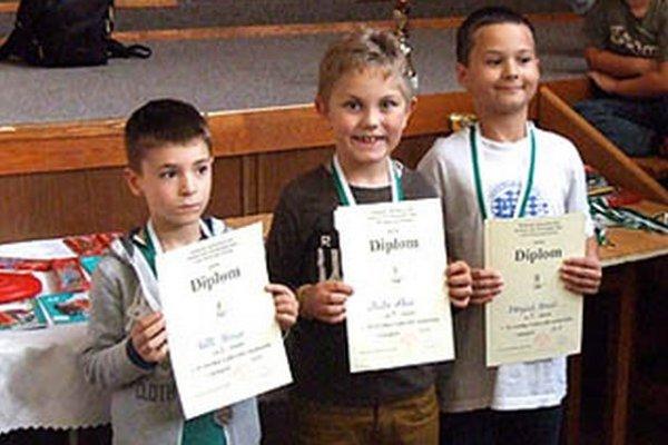 Medailisti v kategórii do 8 rokov - vľavo druhý Tomáš Tóth, vpravo tretí Tomáš Motyčiak.