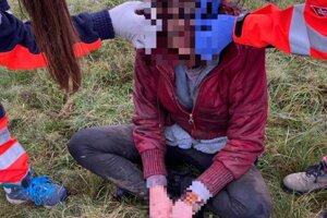 dievča s vážnymi zraneniami našli v blízkosti priehrady v Lučenci.
