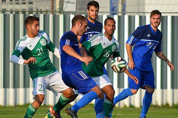 V zelených dresoch domáci hráči Bálint Gerhát a Eugen Wilson Speck.