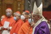 Pápež František prichádza na omšu v prvú adventnú nedeľu.
