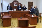 Senát krajského súdu a druhý sprava právny zástupca Slovenského pozemkového fondu Michal Mandzák.