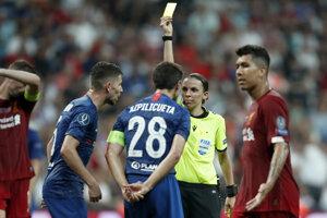 Hlavná rozhodkyňa Stéphanie Frappartová udeľuje žltú kartu.