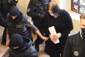 Eskorta odvádza Alenu Zsuzsovú obžalovanú v prípade vraždy exprimátora Hurbanova Lászlóa Basternáka z pojednávacej miestnosti.