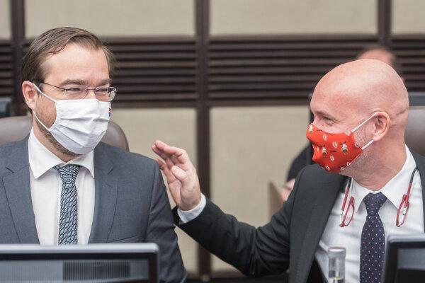 Minister zdravotníctva SR Marek Krajčí (OĽaNO) a minister školstva, vedy, výskumu a športu Branislav Gröhling (SaS) počas 55. rokovania vlády.