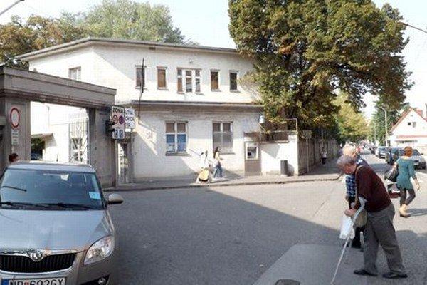 Stará vrátnica na Špitálskej ulici. V budove z roku 1930 kedysi fungovali ambulancie, teraz je prázdna.