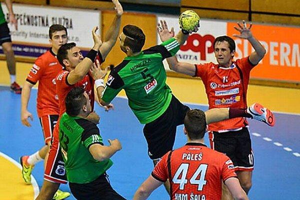 Derby s Novými Zámkami rozhodli domáci hráči (v červenom) až v posledných minútach.