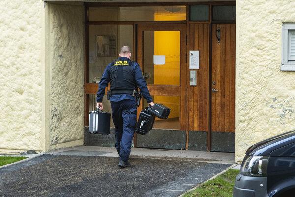 Policajt kráča do obytného domu, v ktorom 70-ročná žena desiatky rokov väznila svojho syna v okrese Haninge pri Štokholme.
