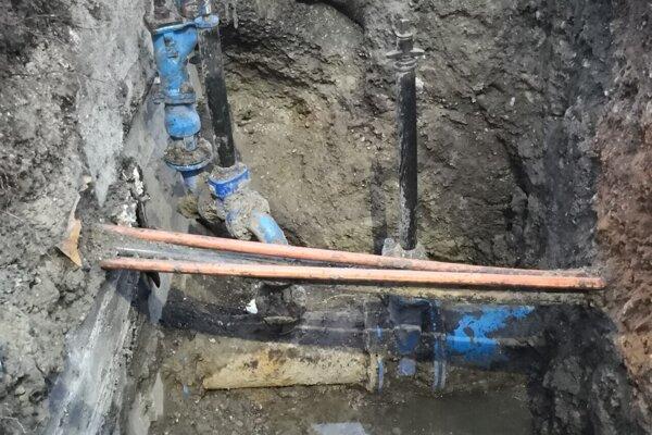 Stavebné práce, ktoré realizuje firma Aqua test na základe objednávky od AVS nemajú rozkopávkové povolenie