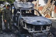 Počas nepokojov podpálili aj automobil policajných zložiek.