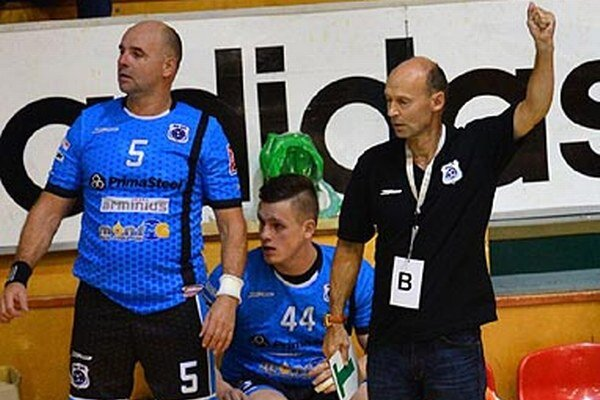 Vpravo tréner Šaľanov Štefan Kelemen.
