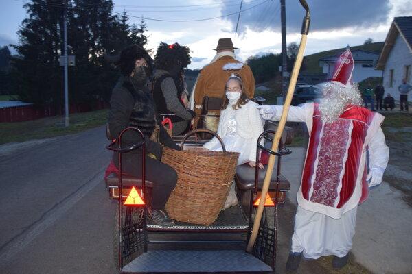 Mikuláš prišiel za deťmi do Sklabine až pred ich príbytky.