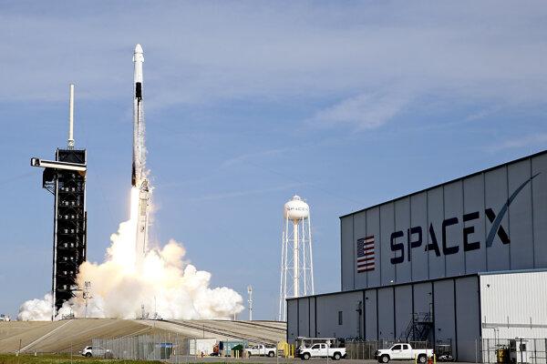 SpaceX poslala k ISS väčšiu verziu lode Dragon.