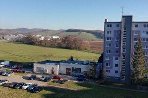 Pohľad z okna bytu na Námestí mieru, v pozadí priemyselný park.