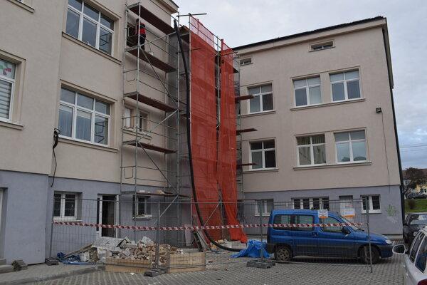 V budúcom roku dokončia prístavbu výťahu na Detskej poliklinike.