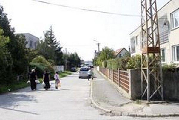 Borová ulica na Kalvárii. V jej susedstve je lesík. Domy už zasahujú aj do neho, postavili ich bez povolenia.