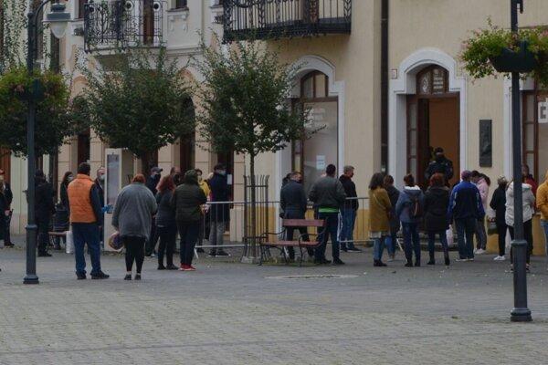 V Galérii mesta Topoľčany robia odbery dobrovoľníci z Červeného kríža.