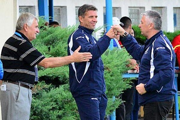 Radosť na lavičke Dusla - zľava vedúci družstva Dušan Marček, člen realizačného tímu Oskar Lancz a tréner Ladislav Molnár.