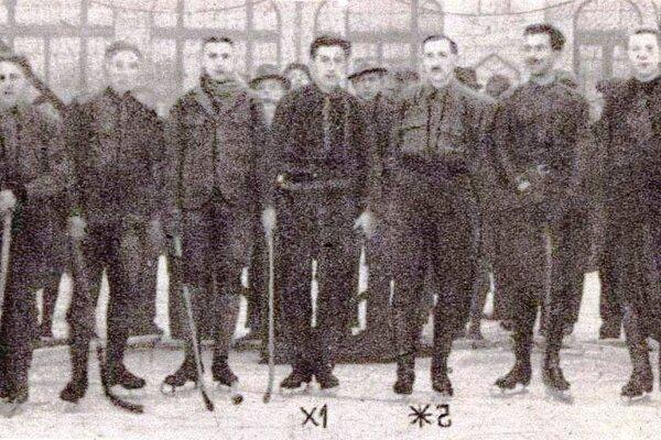 Dôstojnícke družstvo Košíc na klzisku v mestskom parku.