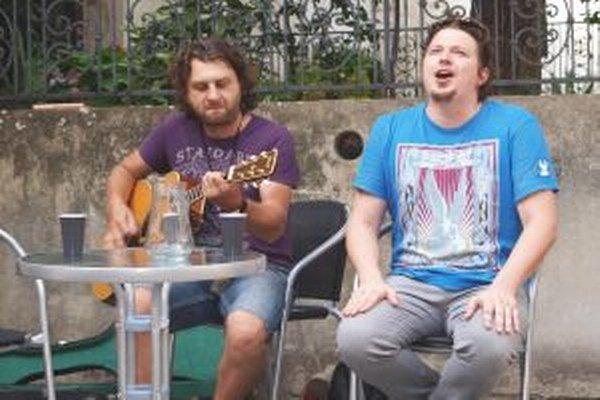 Dalibor Daňko a Štefan Višňovský návštevníkov Letnej čitárne potešili malým unplugged koncertom.