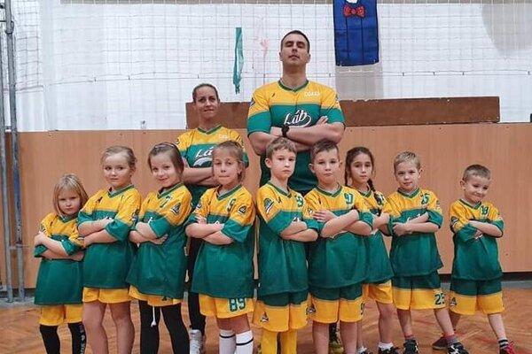 Členovia Sport Club Rudar Láb a tréner Rudolf Draškovič.