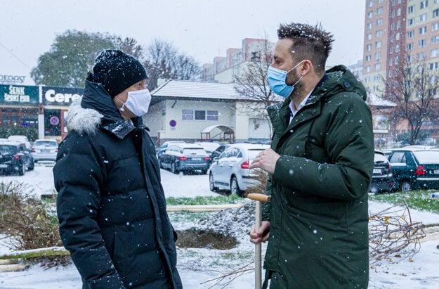 Alexander Resch sa spolu s primátorom hlavného mesta Matúšom Vallom zúčastnili výsadby stromov vrámci iniciatívy 10000 stromov pre Bratislavu.