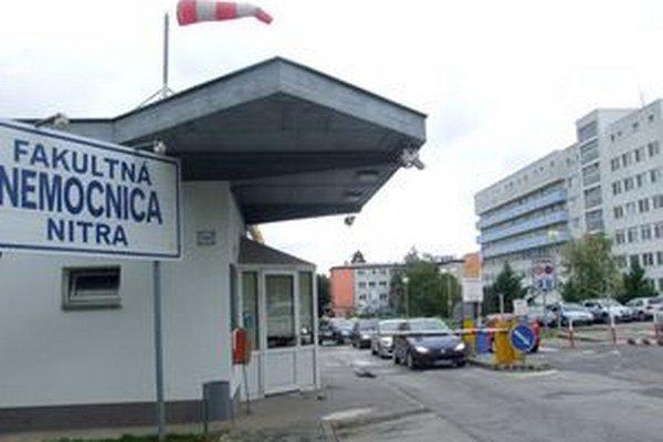 Strážna služba obsluhuje aj závorový systém pri vstupe do nemocnice.