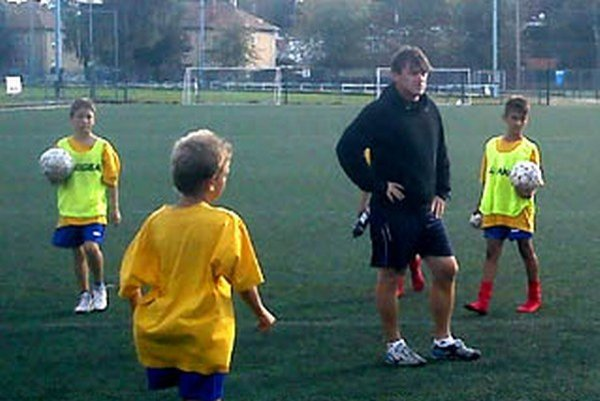 Futbalová akadémia Ľuboša Moravčíka je určená pre deti vo veku 6 až 10 rokov.