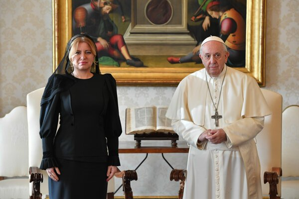 Prezidentka SR Zuzana Čaputová a pápež František počas súkromnej audiencie vo Vatikáne.