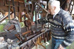 Mirolav Mišek zbiera predmety do skanzenu už desať rokov.