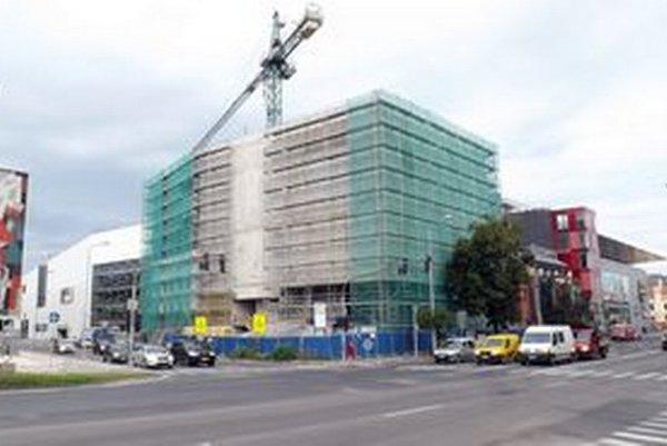 Práce na hrubej stavbe finišujú. Na nároží ulíc Československej armády a Štúrova bude nový vchod.