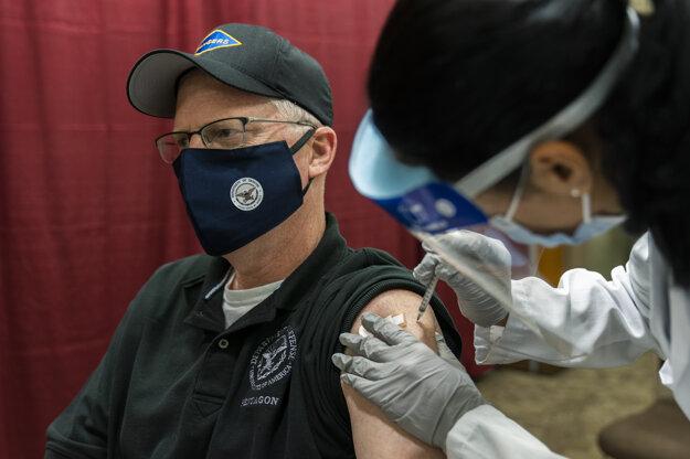 Šéf Pentagonu dostal vakcínu proti covidu.
