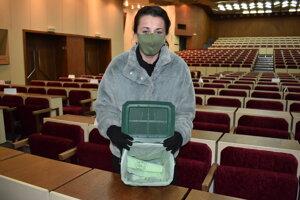 Dagmar Krajníková ukazuje košík a vrecká na kuchynský odpad.