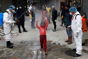 V Káthmandu striekajú dievča dezinfekciou.