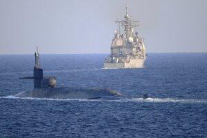 Ponorka triedy Ohio vybavená strelami s plochou dráhou letu sa preplavila cez prieliv v sprievode dvoch ďalších vojenských plavidiel.