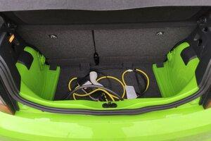 V kufri ostali nezakryté plechy, objem batožinového priestoru je 250 litrov.