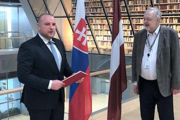 Veľvyslanec Ladislav Babčan (vľavo) pri odovzdaní Krvavých sonetov Národnej knižnici Lotyšska.