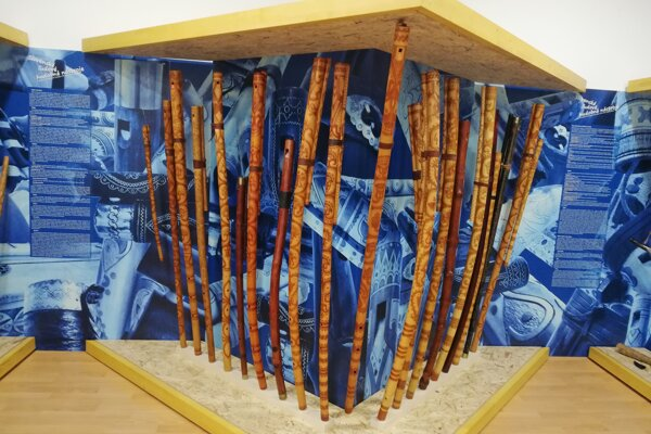 Fujary, gajdy, píšťalky i strunové nástroje sú súčasťou novej stálej expozície Podpolianskeho múzea v Detve. Náučným charakterom a nadčasovým výtvarno-priestorovým riešením predstavuje 118 kusov nástrojov od 47 výrobcov zo Slovenska. Dominujúcim prvkom expozície je 21 majestátnych hodnotných fujár, zaujmú však aj ostatné nástroje. Trombity, trúby, biče, drumble či zvonce.