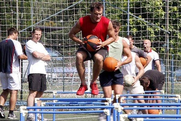 Hokejisti zaberajú pod dohľadom trénera Antonína Stavjaňu.