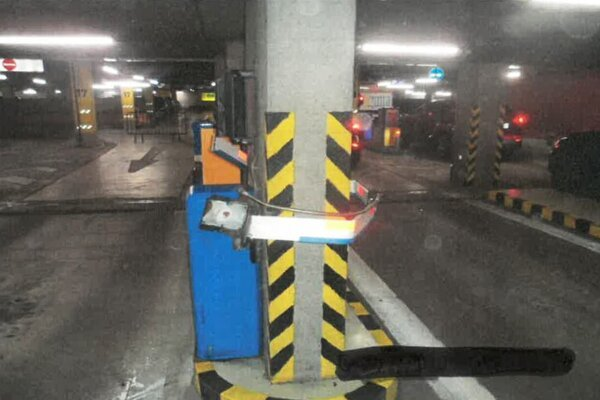 Rudolf rampu obtočil okolo stĺpa.