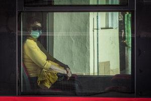 Verejnosť má povinnosť nosiť vinteriéroch avprostriedkoch hromadnej dopravy rúška. (19.3.2020)