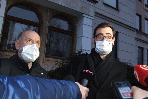 Zľava riaditeľ nemocnice Milan Dubaj a primátor Marek Hattas po zasadnutí okresného krízového štábu.