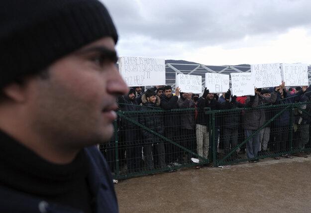 V piatok migranti protestovali v snahe poukázať na hrozné podmienky, ktorým v Bosne čelia.