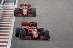 Pretekári Ferrari Charles Leclerc a Sebastian Vettel (dole).